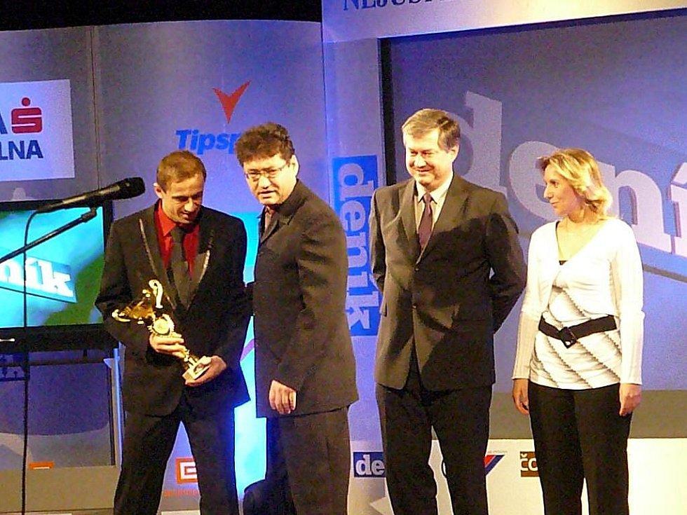 Trenér Ota Stejskal spolu s Lukášem Rešetárem převzali cenu pro nejlepší kolektiv v kategorii dospělých.