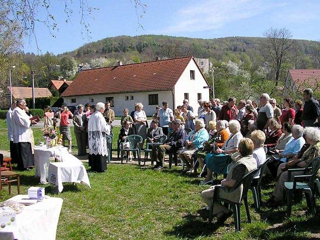 Biskup Josef Kajnek světí pozemek pro stavbu kostela.