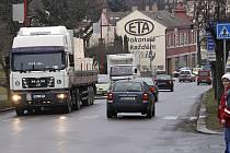 Dopravní situace na Adámkově třídě v Hlinsku, přechod pro chodce u pošty.