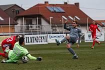 Střelec pálil šance. Ladislav Mužík (v šedém) svůj gólový účet nerozšířil, příležitostí k tomu však měl dostatek