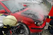 Hasiči likvidovali požár škodovky v Chrudimi.