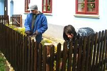 Devět žáků Střední odborné školy železniční, stavební a památkové péče a SOU v Šumperku, oboru stavebnictví pomáhalo na Veselém Kopci.