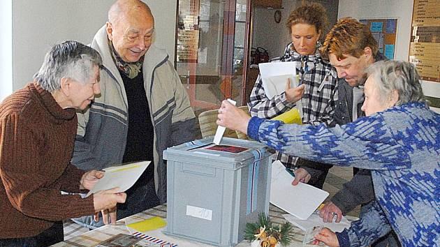 Obyvatelé domova s pečovatelskou službou v Chrudimi volili prostřednictvím přenosné urny.