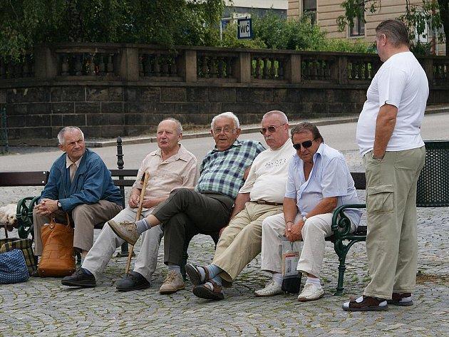 ODPOČINEK NA LAVIČKÁCH chrudimského Resselova náměstí si dopřávají mnozí, bez ohledu na svůj věk.