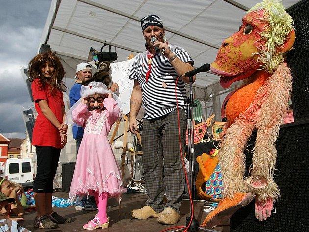 Děti i dospělí se bavili karnevalem na náměstí.