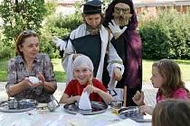 Vyšehrátky - hodně diskutované seskupení. Vítězí názor, že je dobře, že v Chrudimi jsou. Státní svátky neznají, děti, studenti, ani dospělí.