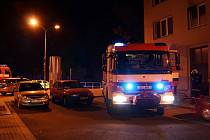 Dne 21. srpna v 22.55 hodin vyjížděli profesionální hasiči k požáru do jednoho z bytů v cihlové bytovce v Chrudimi.