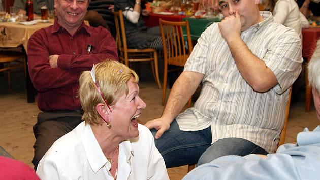Členové chrudimského Billiard Hockey Clubu se sešli při společenském večeru ve škrovádské hospůdce.