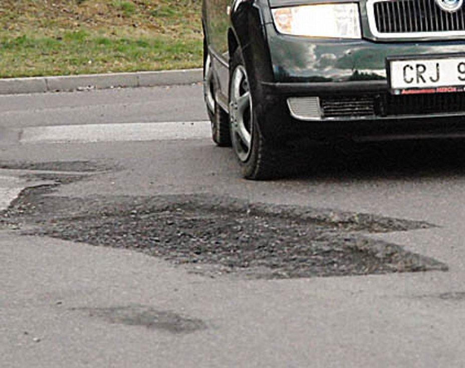 Řidiči musejí na chrudimské okružní křižovatce u Kauflandu velmi ostražití, aby uchránili technickou pohodu svých aut.