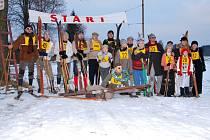 Memoriál Tondy Kavalíra a Franty Hladíka absolvovali členové KKL Hlinsko na historických lyžích a v dobovém oblečení.