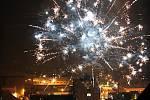 I když v Chrudimi radnice neorganizovala silvestrovský ohňostroj, oblohu večer osvětlovaly světlice.