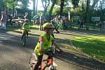 """Akce pro malé cyklisty """"Na kolo jen s přilbou"""" na dopravním hřišti v chrudimském Městském parku."""
