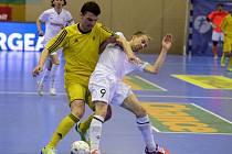 ŘADA OSOBNÍCH SOUBOJŮ byla k vidění ve vypjatém semifinálovém derby. Na snímku o míč soupeří hostující kapitán Pavel Formánek (vlevo) s domácím záložníkem Tomášem Koudelkou.