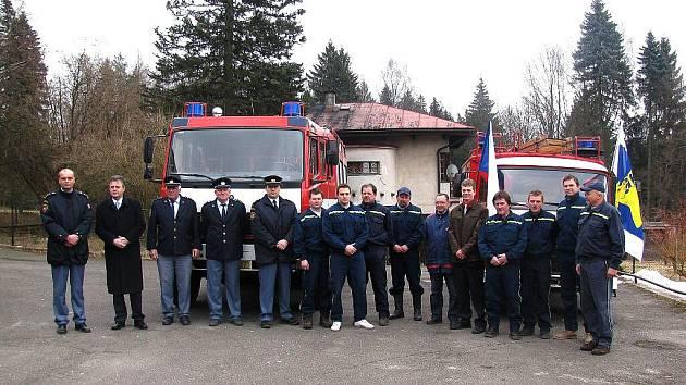 Dobrovolní hasiči z Horního Bradla si převzali nové vozidlo značky Mercedes.