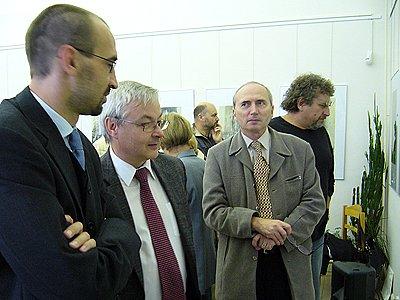 Zahájení výstavy se zúčastnil (na snímku zleva) i starosta města Jan čechlovský, pardubický primátor Jaroslav Deml a chrudimský místostarosta Pavel Kobetič.