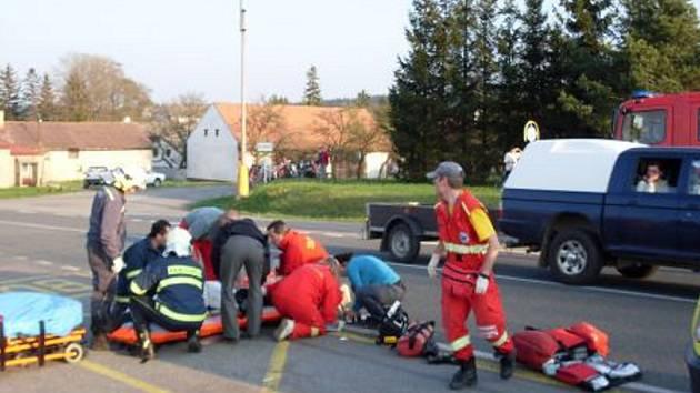 Při srážce motorky a osobního vozu na silnici I/34 z Hlinska na Krounu byly dvě osoby těžce zraněny.