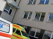 Ženu z haly vynesli hasiči na nosítkách