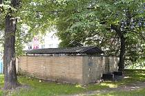 """Sídliště U Stadionu v Chrudimi: bezdomovci si udělali """"pelech""""  u přístřešku na popelnice poblíž autobusové zastávky."""