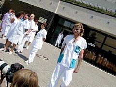 Stávkující zaměstnanci nemocnice vyšli před budovu.