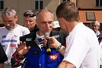 Pětinásobného vítěze slavného závodu Rallye Dakar Josefa Macháčka z Konopáče, který letošní ročník nedokončil kvůli technické poruše, okradli.