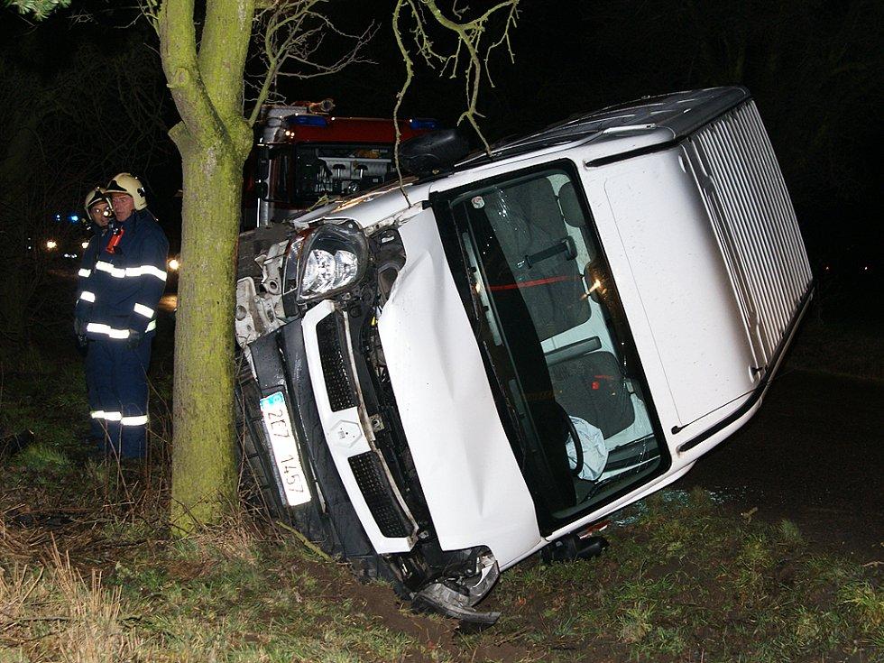 Renault narazil čelně do stromu.