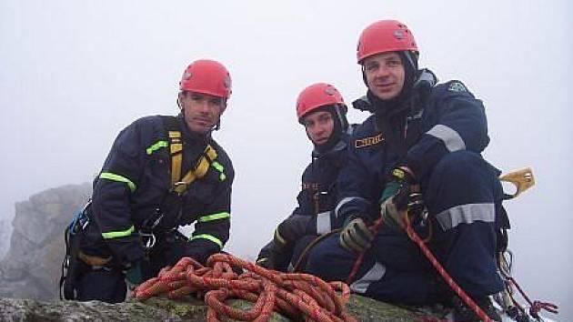 Chrudimští hasiči lezci trénovali ve Žďárských vrších.