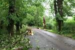 Zdevastovaný park u školy ve Slatiňanech.