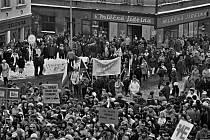 17. listopad 1989: Demonstranti v Hlinsku zaplnili celé náměstí.