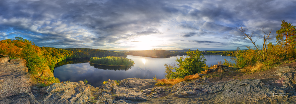 PODZIM. Čtyři roční období na známé vyhlídce Sečské přehrady byly fotografovány za velmi specifických podmínek - hodinu před západem slunce s typickým zabarvením a typickou oblačností pro dané období. Proto projekt trval tři roky.