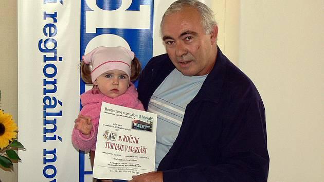 Dvacetiměsíční Šárinka Musilová z Chrudimi přinesla se svým dědečkem Františkem do redakce Chrudimského deníku pozvánku na mariášový turnaj.