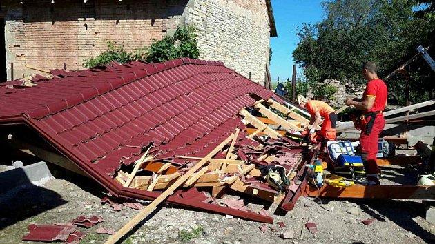 Střecha zavalila muže vDolním Bezděkově