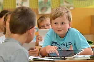 Žáci 4. třídy si na moderní vyučovací pomůcku velmi rychle zvykli.