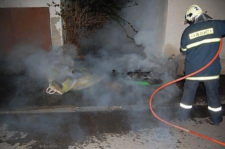 Požár dvou plastových kontejnerů na sklo a plast vChrasti.