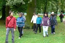 ÚČASTNÍCI vycházky rozjímali před jezírkem v chrudimském Městském parku.