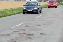 Mezi výmoly se musejí proplétat i řidiči na komunikaci nad Bramacem v sousedství chrudimského letiště.
