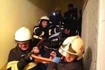 Hasiči museli násilně vniknout do bytu ve druhém patře, aby zachránili muže, který se nacházel uvnitř.