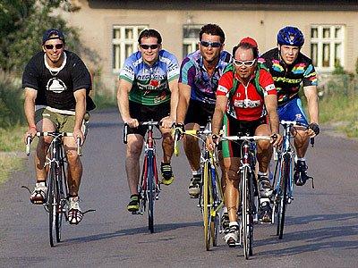 Hokejisté nabírají fyzičku na kolech.