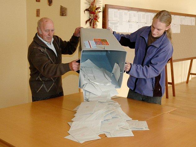 A jde se sčítat! Po vysypání urny čekalo volení komisi ve Slatiňanech pečlivé počítání hlasů.