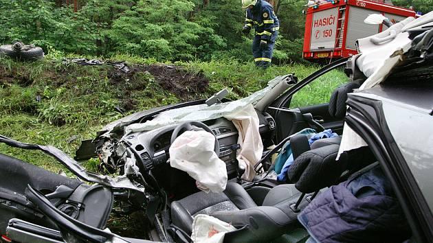 NA ODPIS. Osádka renaultu nehodu zázrakem přežila.