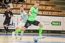 Dělal, co mohl. David Drozd (v zeleném) byl jediným střelcem Chrudimi i ve třetím finálovém zápase, jeho mužstvo ale nakonec nestačilo na Plzeň výsledkem 1:4 a muselo se před mistrem sklonit.