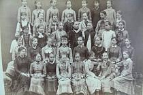 Na snímku pózují žákyně chrudimské dívčí měšťanky v roce 1880.