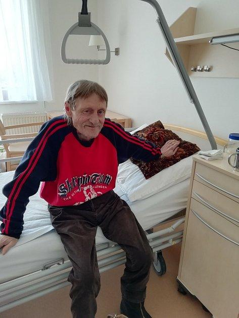 Nejznámější chrudimský bezdomovec Jiří Black Hromádko zemřel včervenci roku 2019.Dárci mu ve finanční sbírce umožnili důstojné dožití vhospicu.