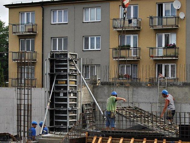 Stavba multifunkčního centra  v Hlinsku žije čilým stavebním ruchem. Zatím bylo nejnáročnější technicky propojit starý a nový objekt. Spodní voda dokonce zapříčinila úpravu projektu.