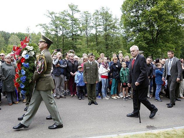 Pietního aktu k 72. výročí vypálení osady Ležáky na Chrudimsku se zúčastnil i prezident Miloš Zeman.