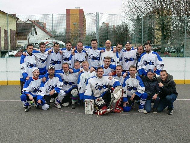 MUŽSTVO JOKERITU CHRUDIM B krátce po skončení třetího finálového utkání Krajské ligy. Chvíli poté převzali hokejbalisté stříbrné medaile.