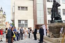 Účastníci vzpomínky u pomníku Josefa Ressela si ve včerejším dopoledni ještě před položením květin krátce připomněli dílo chrudimského velikána.
