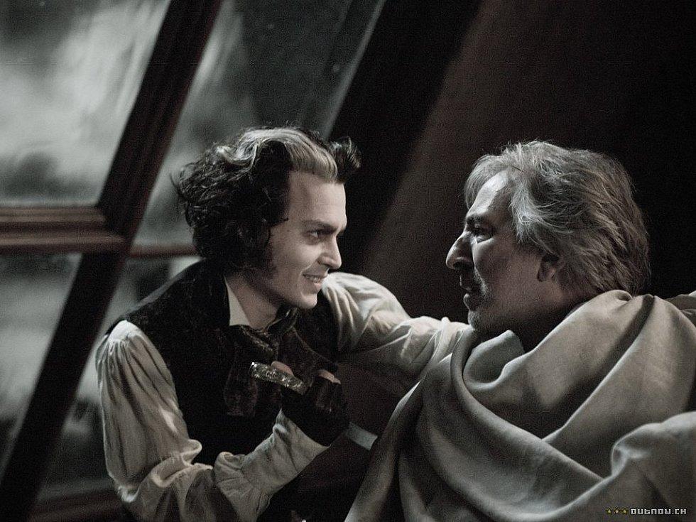 Johny Depp (vlevo) a Alan Rickman ve filmu Sweeney Todd: Ďábelský holič z Fleet Street režiséra Tima Burtona.