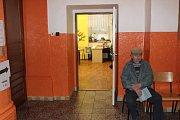 Pan Novák seděl před volební místností notnou chvíli před druhou hodinou odpolední