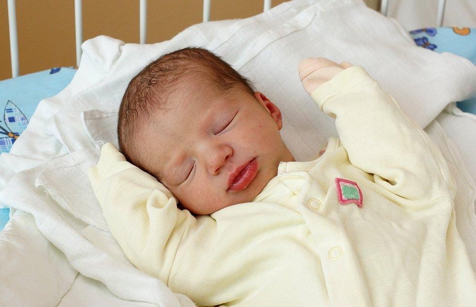 Adélka Jírová se narodila ve 23. 50 hodin s mírami 48 cm a 2, 8 kg.