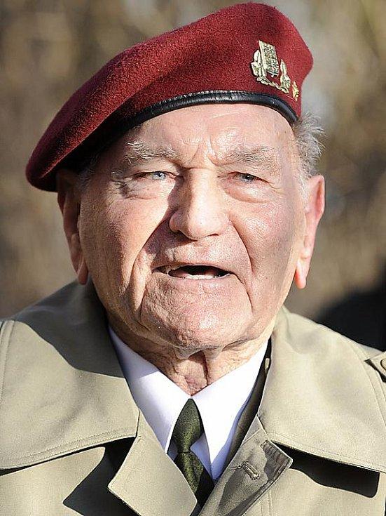 Brigádní generál Jaroslav Klemeš oslavil na letišti v Chrudimi své 90. narozeniny.